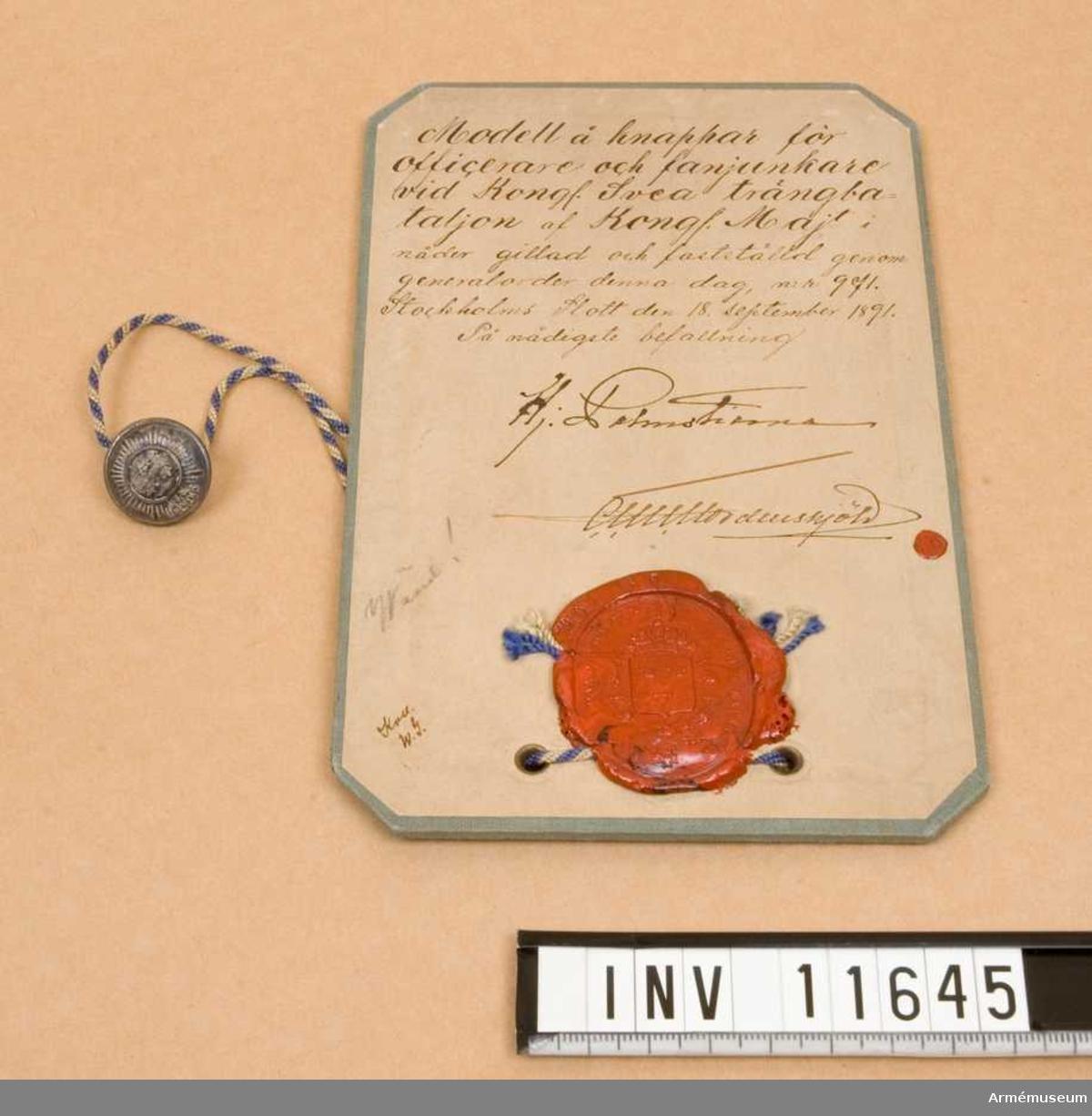 Grupp C I. Modell å knappar m/1891 för officerare och fanjunkare vid Kungl. Svea trängbataljon, av Kungl. Majt i nåder gillad och fastställd genom go nr 971 den 18. september 1891. Dep från Arméförvaltningens Intendenturdep., modellkammaren.