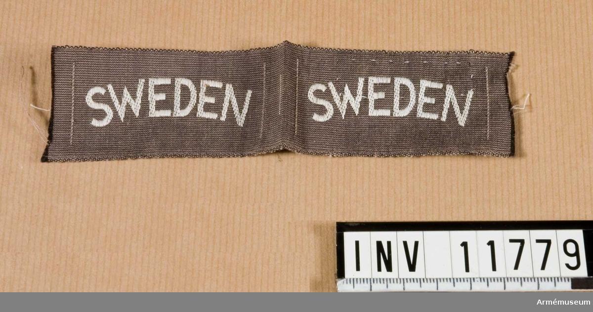 """Samhörande nr är 11778 - 11783. Grupp C I. Nationsmärke f militär personal i utlandet. Märkt """"Sweden"""".Gåva från kapten A de Roubetz."""