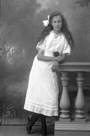 """Enligt fotografens journal Lyckorna 1909-1918: """"Andersson Svea Vanshem Ljungskile""""."""