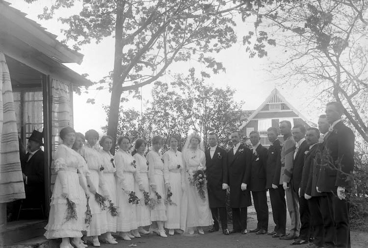 """Enligt fotografens journal nr 3 1916-1917: """"Kellbergska bröllopsgr. brudpar o tärnor o marskalkar""""."""