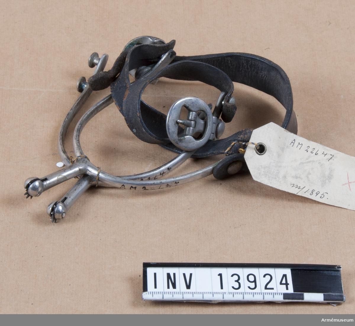 Spännsporrar m/1895 med rem. Endast en teckning finns. Trissan är nästan dold.