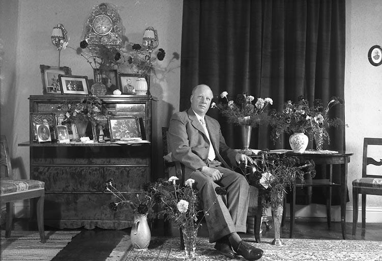 """Enligt fotografens journal nr 8 1951-1957: """"Andersson, Herr Arvid Kyrkenorum Stenungsund 50 årsdag""""."""