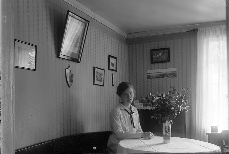 """Enligt fotografens journal nr 4 1918-1922: """"Norberg, Linnéa Fr. Raden Byn Ödsmål""""."""