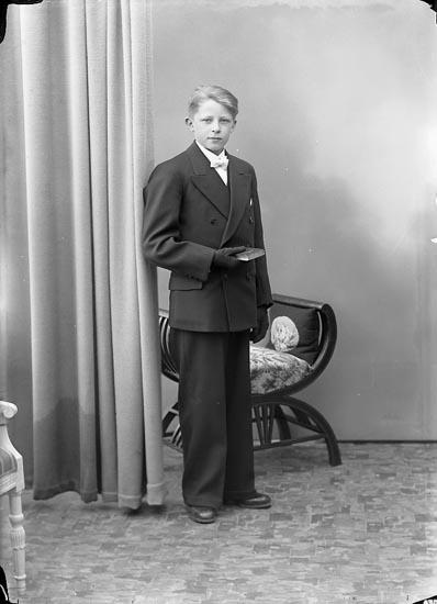 """Enligt fotografens journal nr 6 1930-1943: """"Wilhelmsson, Folke Kläpp Ödsmål""""."""