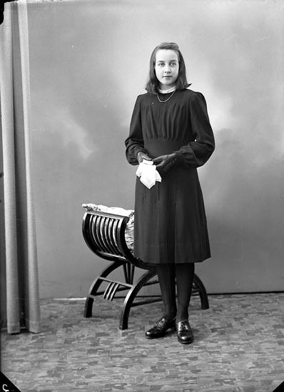 """Enligt fotografens journal nr 6 1930-1943: """"Johansson, Elsa Ålebacken, Spekeröd""""."""
