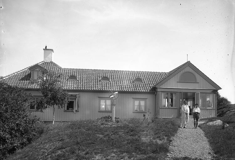 "Enligt fotografens journal nr 5 1923-1929: ""Bengtsson, Grossh. villan, Stenungsund"