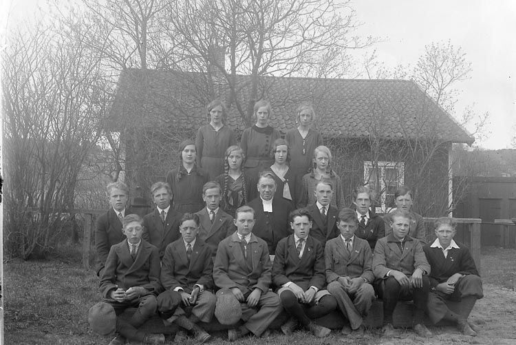 """Enligt fotografens journal nr 6 1930-1943: """"Läsbarnen Ödsmål Prosten Franck""""."""