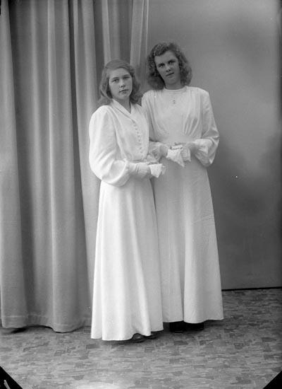 """Enligt fotografens journal nr 7 1944-1950: """"Samuelsson, Ingalill Viddesgärde Ödsmål""""."""