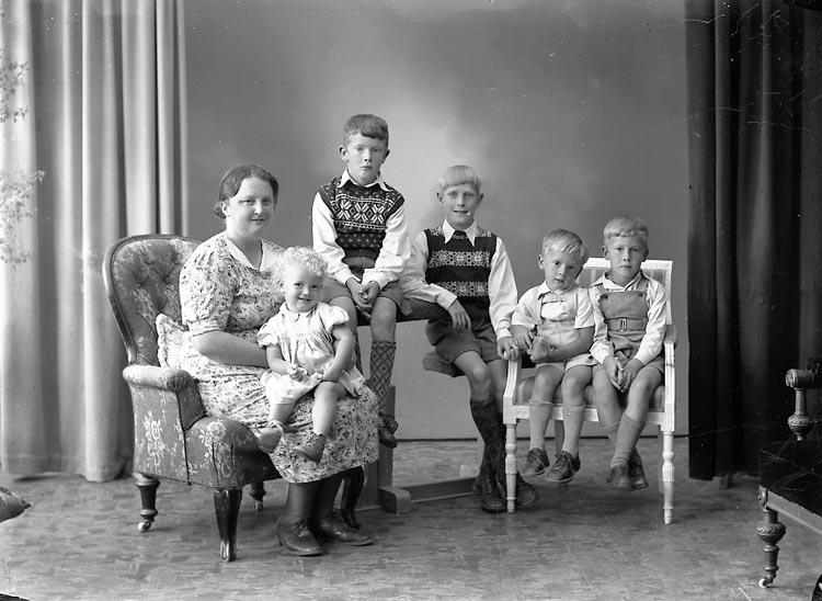 "Enligt fotografens journal nr 7 1944-1950: ""Samuelsson, Fru Astrid Apleröd Ödsmål""."