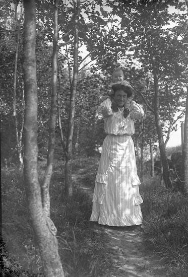 """Enligt fotografens journal nr 1 1904-1908: """"Folmer Fru Tyra Apoteket Jörlanda""""."""