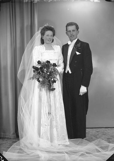 """Enligt fotografens journal nr 7 1944-1950: """"Svensson, Brudp. Henning Dafinseröd Ucklum""""."""