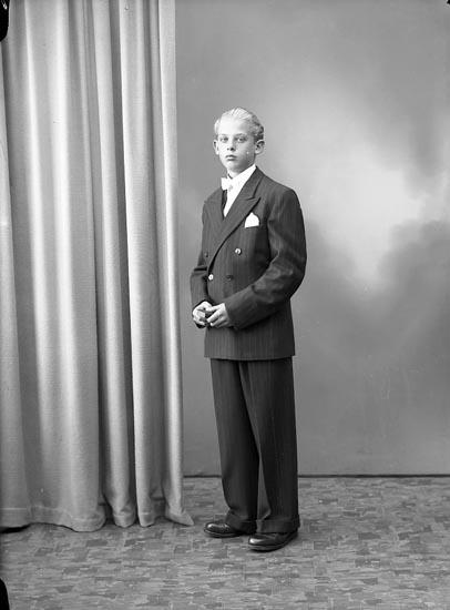 """Enligt fotografens journal nr 7 1944-1950: """"Pettersson, Gunnar Bråland St. Höga""""."""