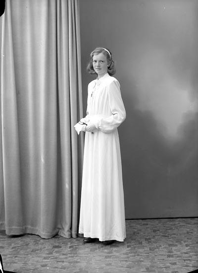 """Enligt fotografens journal nr 7 1944-1950: """"Karlsson, Inger Korsgård, Ödsmål""""."""