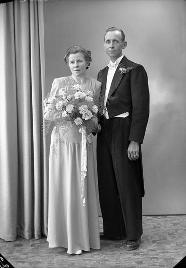 "Enligt fotografens journal nr 7 1944-1950: ""Olausson, Herr Alf Varekil""."