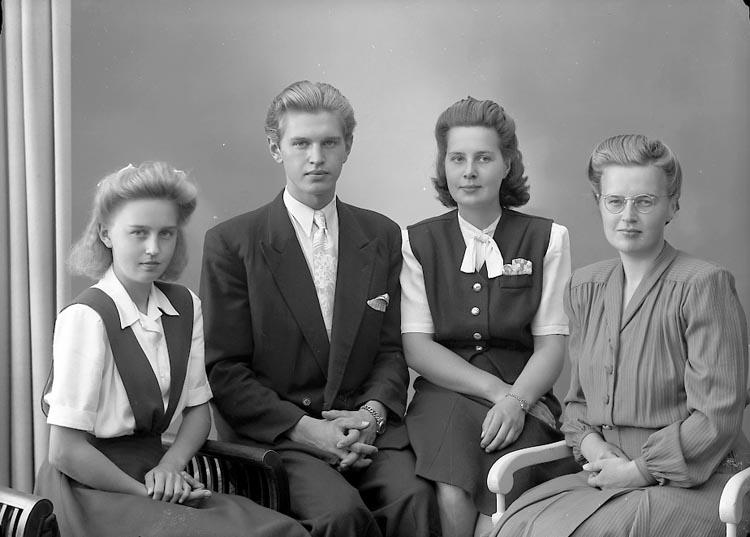 "Enligt fotografens journal nr 7 1944-1950: ""Simonsson, Fru Svea Stenungsund""."