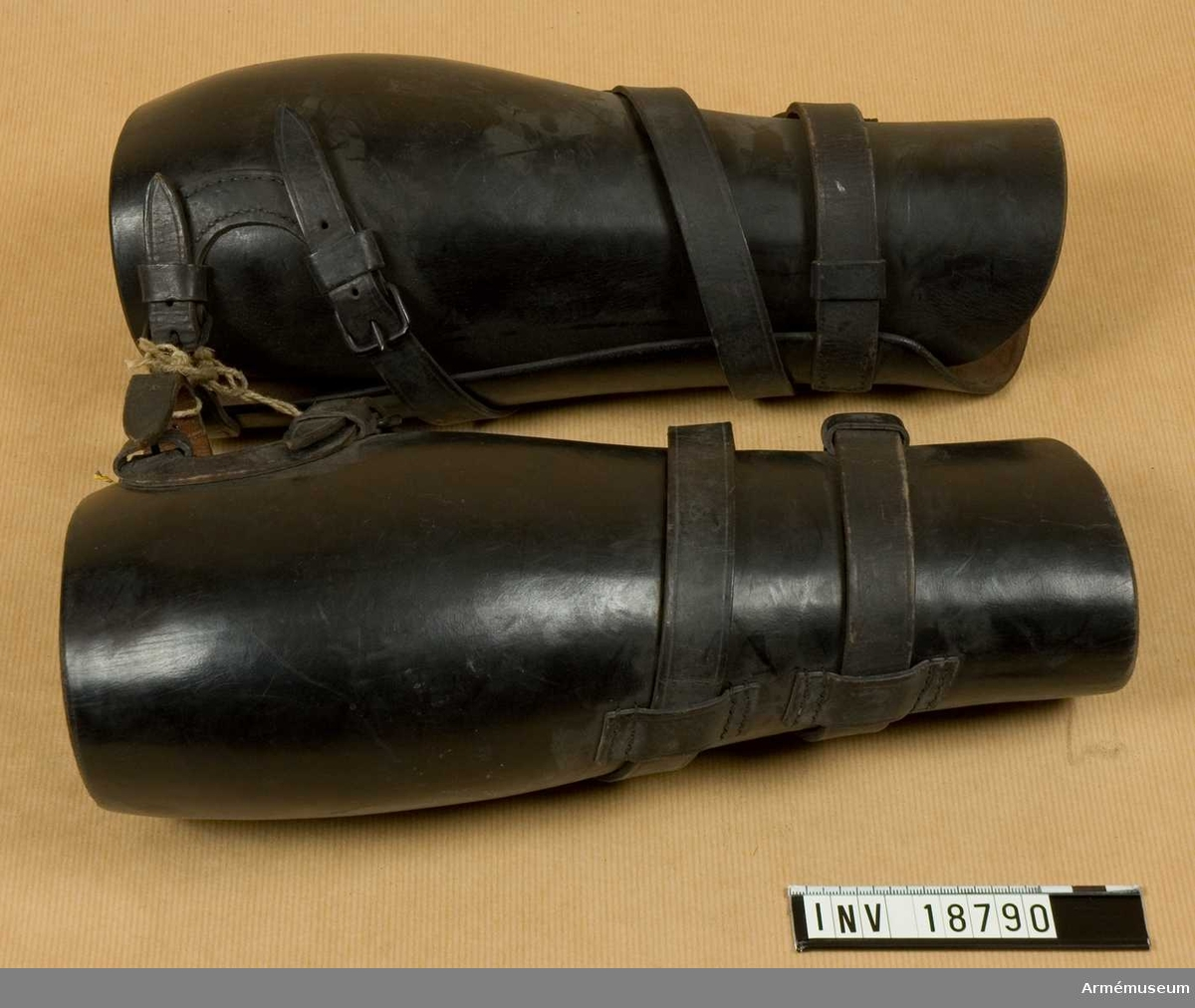 Grupp C I Ur uniform för manskap vid artilleriet i Italien. Lägermössa, vapenrock, väst, byxor, benläder, skor och sporrar. Av svart läder, med snörrem som fästes vid benläder upptill. För remmens kvarhållande i rätt läge finns två sleifer.  Samhörande nr är AM.18786-92