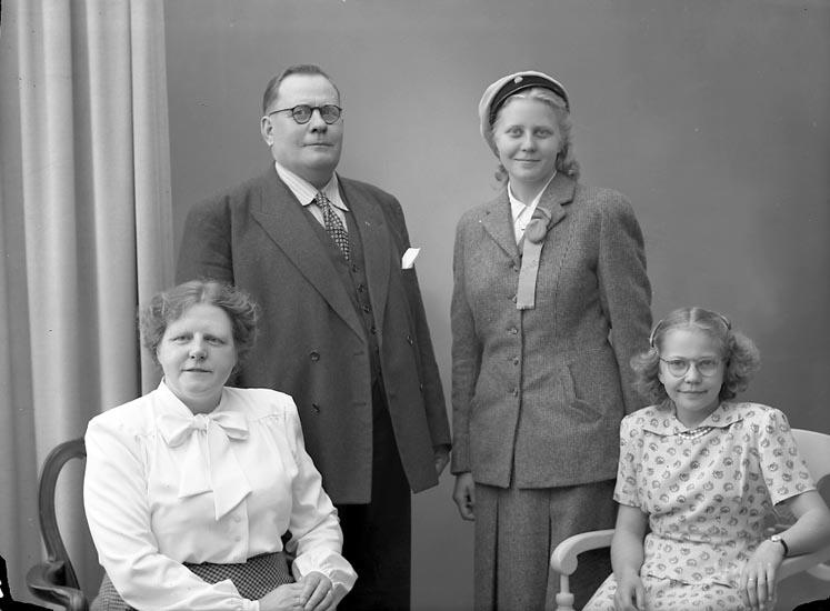 """Enligt fotografens journal nr 7 1944-1950: """"Stehr, Folkskollärare K. Här""""."""