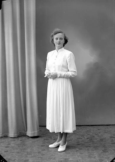 """Enligt fotografens journal nr 8 1951-1957: """"Axelsson, Anna-Maj Skogen Ucklum""""."""