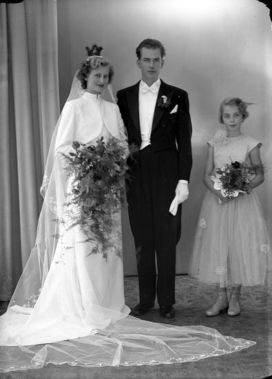 """Enligt fotografens journal nr 8 1951-1957: """"Runestam, Kurt Erik Brudp. med brudnäbb""""."""