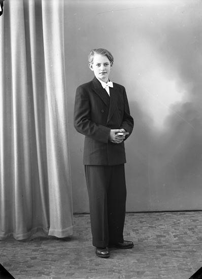 "Enligt fotografens journal nr 7 1944-1950: ""Rutgersson, Arne, Möllneby, Svanesund""."