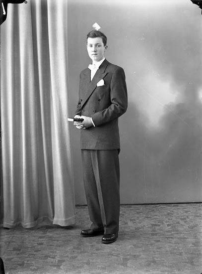"""Enligt fotografens journal nr 7 1944-1950: """"Johansson, Gösta Burås, Svanesund""""."""