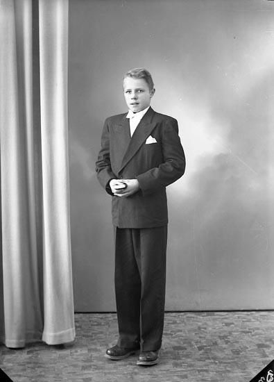"""Enligt fotografens journal nr 8 1951-1957: """"Andersson, Bertil Tel. 64 Varekil""""."""