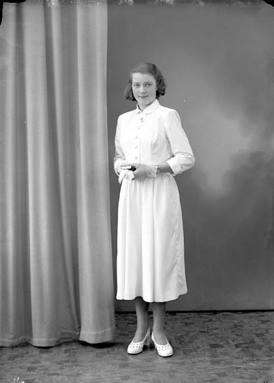 """Enligt fotografens journal nr 8 1951-1957: """"Olsson, Ingrid Hammarbo Ödsmål""""."""