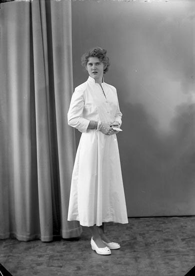 """Enligt fotografens journal nr 8 1951-1957: """"Olsson, Britt, Käderöd Svenshögen""""."""