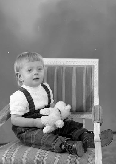 """Enligt fotografens journal nr 8 1951-1957: """"Berntsson, Gottfrid Friborg, Stillingsön""""."""