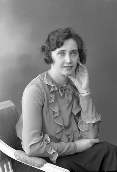 "Enligt fotografens journal nr 6 1930-1943: ""Pettersson, Annie adr. Bagare Thorén, Här""."