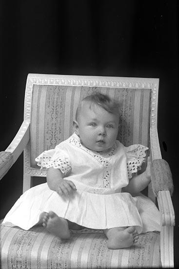 """Enligt fotografens journal Lyckorna 1909-1918: """"Gustafsson, Alvida Bogane, Stillingsön""""."""