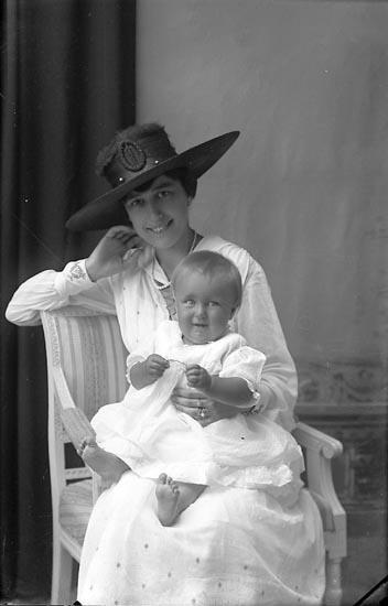 """Enligt fotografens journal Lyckorna 1909-1918: """"Kapten Westling Lyckorna""""."""