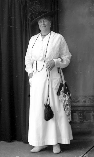 """Enligt fotografens journal Lyckorna 1909-1918: """"Edgren Lindhem Ljungskile""""."""