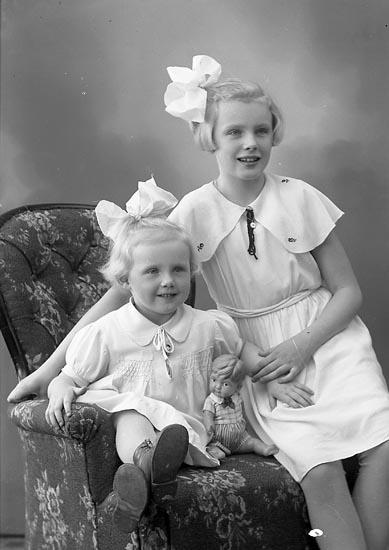 """Enligt fotografens journal nr 6 1930-1943: """"Martell, Ulla o Kerstin Stenungsund""""."""