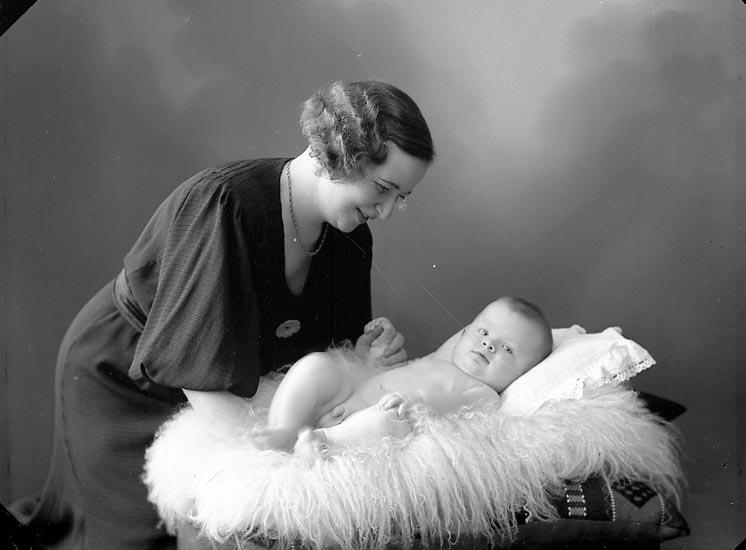 "Enligt fotografens journal nr 6 1930-1943: ""Lindqvist, Fru Astrid Stenungsund""."