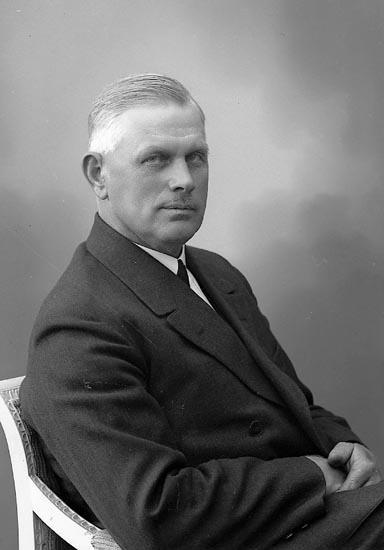 "Enligt fotografens journal nr 6 1930-1943: ""Edvardsson, Herr Albert, Sköldunga, Ucklum""."