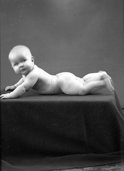 """Enligt fotografens journal nr 6 1930-1943: """"Lindqvist, Mona Här""""."""