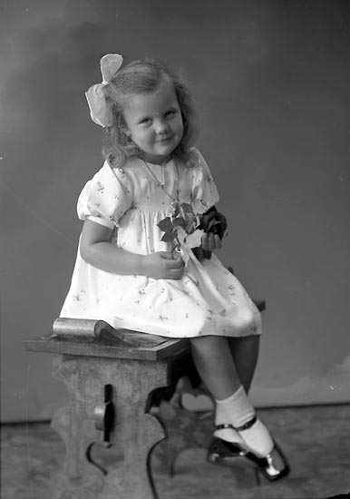 "Enligt fotografens journal nr 6 1930-1943: ""Olsson, Loise Marie adr . Artur Olsson""."
