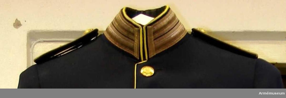 Grupp C I. Ur uniform för överste vid Södermanlands reg. Består av: vapenrock, axelklaffar, byxor, kappa, mössa, sabelkoppel, livrem, lackpjäxor.