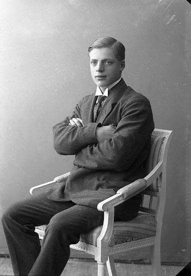 """Enligt fotografens journal nr 4 1918-1922: """"Rutgersson, Per adr. Handl. Larsson""""."""