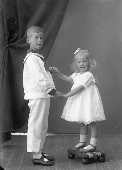 "Enligt fotografens journal nr 4 1918-1922: ""Berggren, Lennart o Stina""."