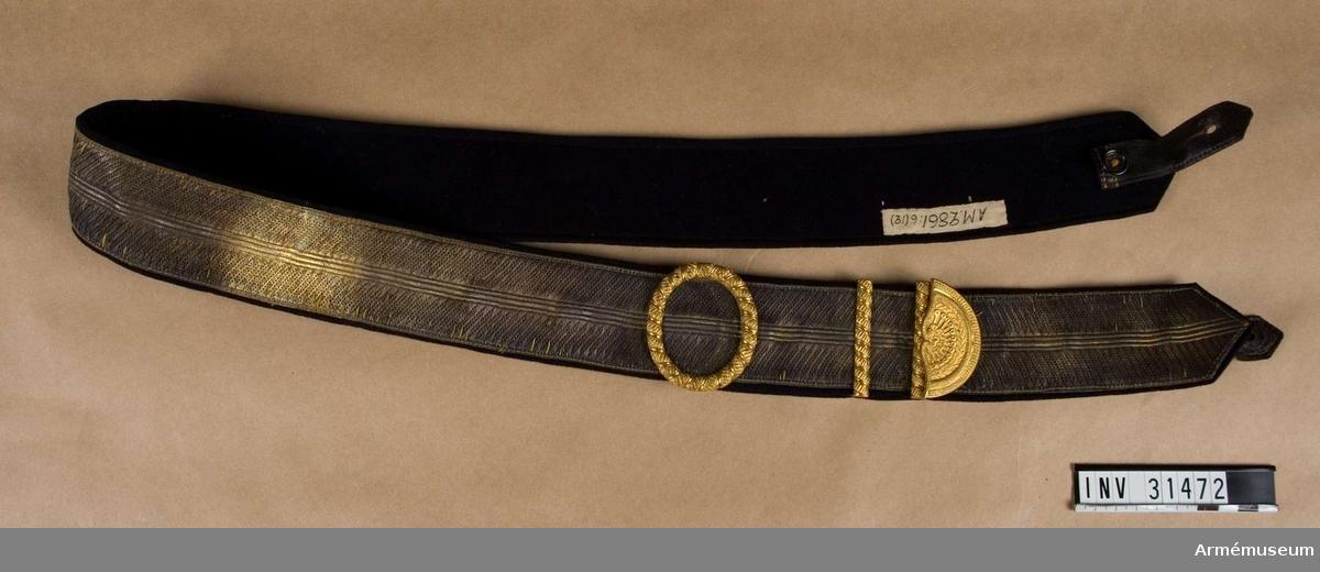 Grupp C I. Ur uniform för officer vid Livreg:s dragonkår; 1849-59. Består av vapenrock, byxa, kask, epåletter, kartuschrem, stövlar, koppel, sporrar, skärp, halsduk, portepé, kartuchsväska.