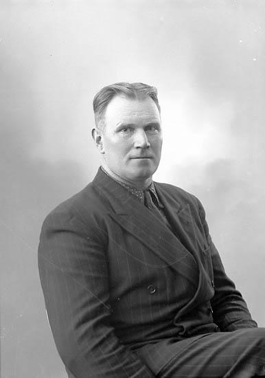 "Enligt fotografens journal nr 7 1944-1950: ""Pettersson, Herr John, Grössby Ucklum""."