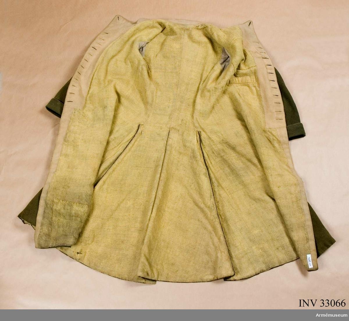 """Grupp C I. """"Förut begagnad af d.v. kapten Dietrich Bildt i 1788-90 års krig"""". (enligt den gamla etiketten) Rocken är grön, mycket fälld. Kragen är fodrad med gult kläde som viks fram och knäpps som dekor. Även slag, fickor och skörtet bak är fodrade med samma tyg. För övrigt är rocken fodrat med ett glest gult ylletyg. Lodställda fickor med en grön tamp med gult foder som dekaration. Kulformiga knappar framtill i två rader. 11x2 Ärmuppslagen fodrade runt kanten med gult tyg.  Syrtuten skänktes ursprungligen till Livrustkammaren 1882 av kapten Knut Bildt, Lockerud, Vänersborg. Didrik Bildt var Knuts morfar."""