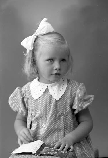 """Enligt fotografens journal nr 8 1951-1957: """"Johansson, Lisabeth Spekeröd""""."""