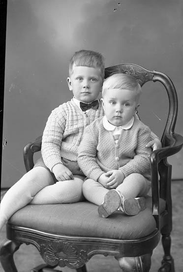"Enligt fotografens journal nr 8 1951-1957: ""Berntsson, Rune o Bengt Högenorum Stenungsund""."