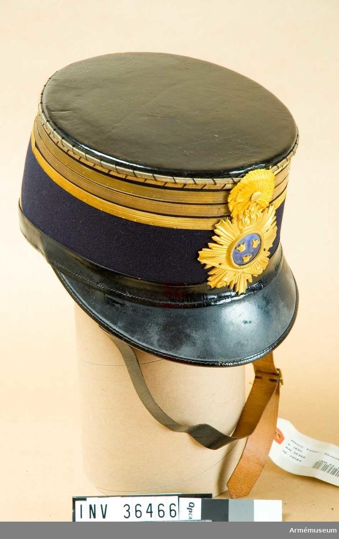 Grupp C I. Ur uniform m/1895 för ryttmästare vid Skånska husarregementet. Består av dolma, långbyxor, husarmössa m plym och fodral, sabelkoppel, knutskärp.