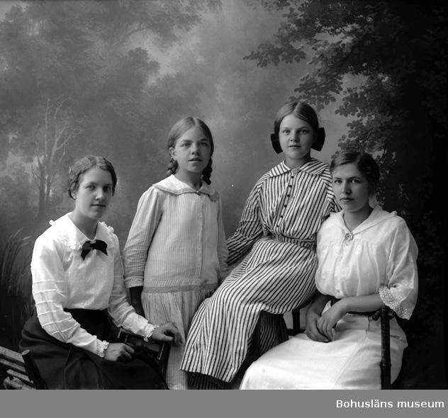 """Enligt fotografens journal Lyckorna 1909-1918: """"Johansson, Anna Theresedal Lyckorna""""."""