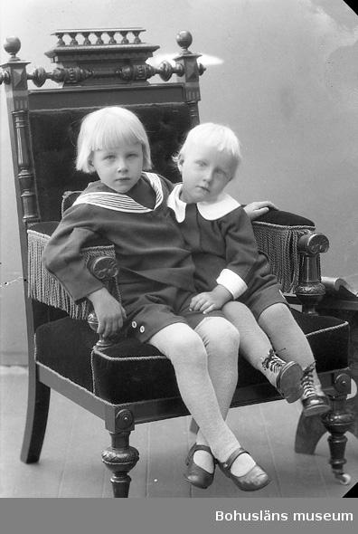 """Enligt fotografens journal nr 5 1923-1929: """"Olsson, Henry och Arne Måröd Här""""."""