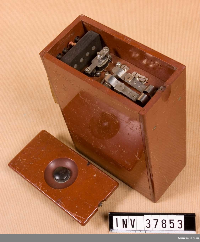 Grupp H I.   Fiberlåda med innehåll. Saknas: batteri, kondensator, skruvmejsel.